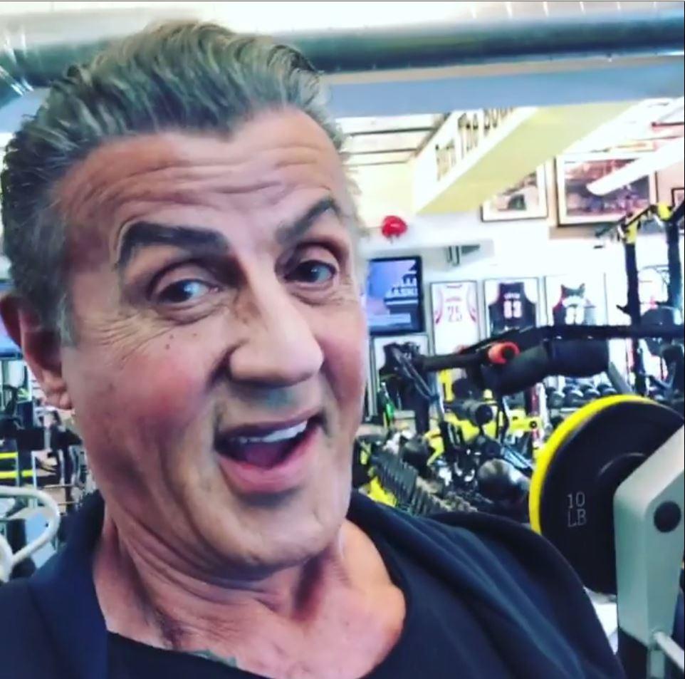 Sylvester Stallone na nechutný hoax odpověděl fotkou z posilovny.