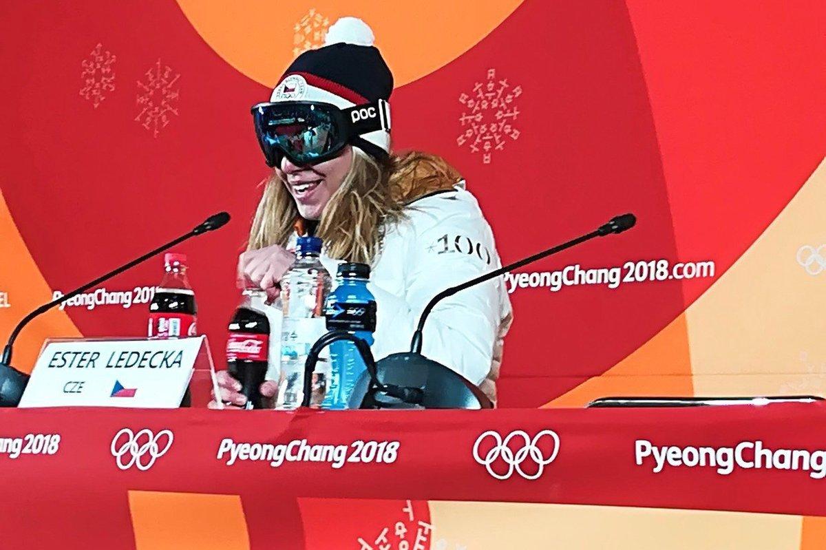 Ester Ledecká si na setkání s novináři odmítla sundat lyžařské brýle. Důvod? Byla nenalíčená