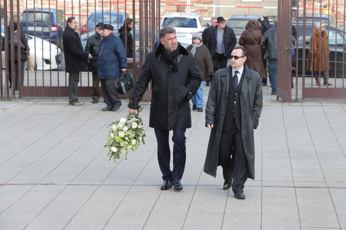 Sám Zeman na pohřeb nedorazí, rozloučit se ale přišel poradce prezidenta Martin Nejedlý