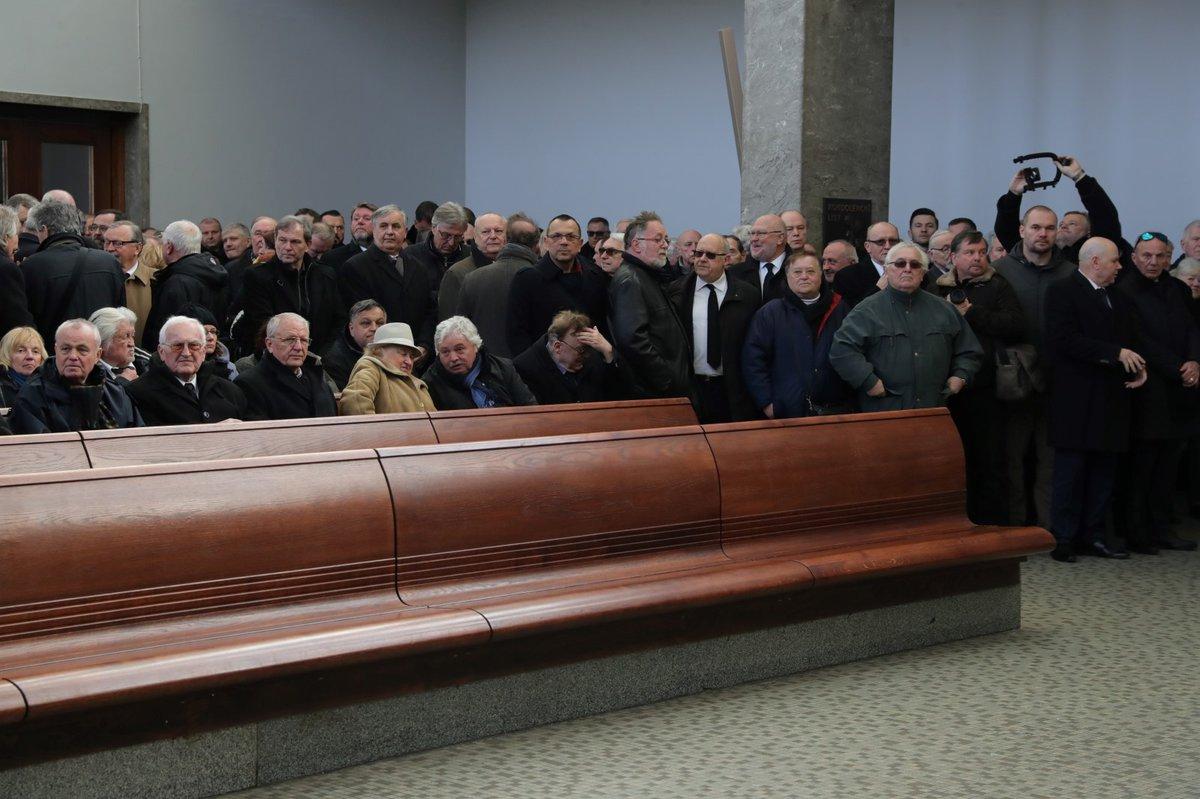 Lavice byly ve velkém sále plně obsazené, rodina dorazila do sálu až na úplný začátek obřadu