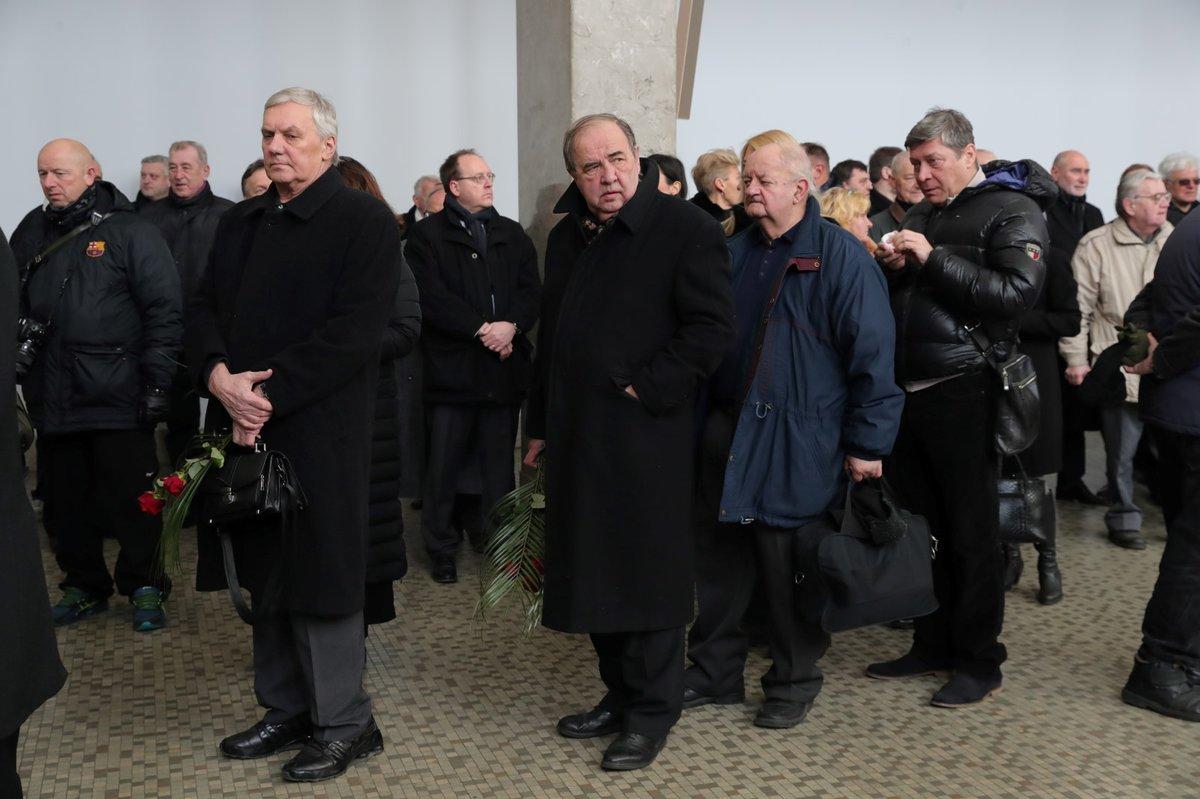Pietního obřadu se zúčastnili i někteří bývalí představitelé ČSSD. Mezi smutečními hosty byl například někdejší ministr zahraničí Jan Kavan, bývalý senátor Vladimír Dryml nebo bývalí poslanci Karel Šplíchal a Jana Volfová