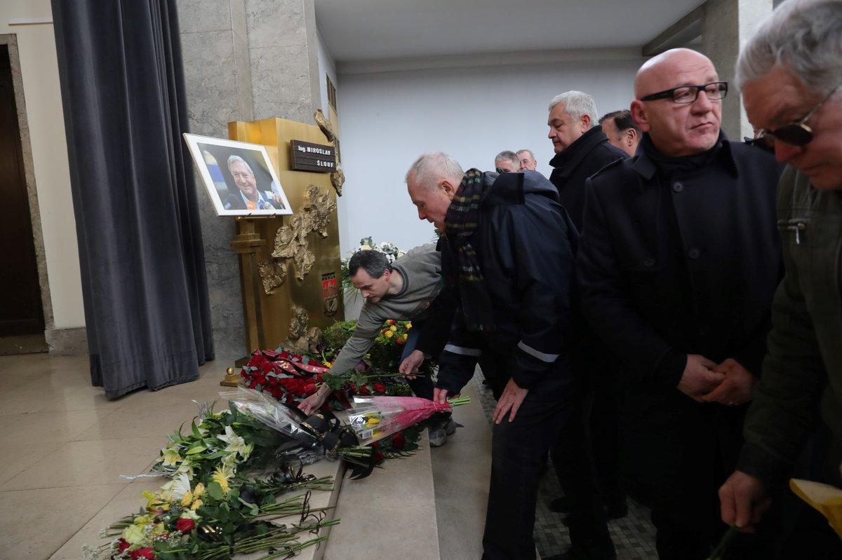 Pietní obřad se konal ve Strašnickém krematoriu. S Miroslavem Šloufem se přišlo rozloučit několik desítek lidí, mezi nimi byli i bývalí představitelé ČSSD