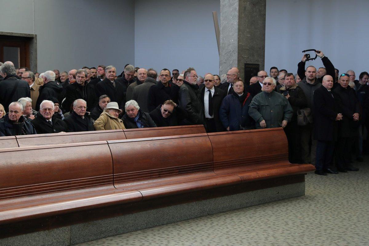 Rozloučit se přišlo několik desítek lidí, lavice byly plně obsazené