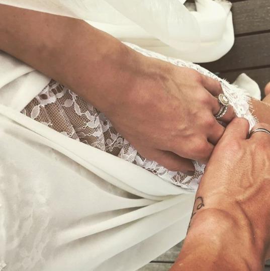 Lukáš Rosol zveřejnil na sociální síti fotku své přítelkyně Petry s prstýnkem ve svatebních šatech, jak ji drží za ruku