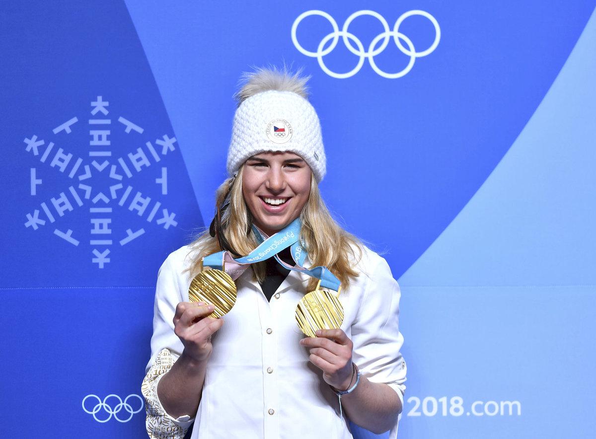 Ester Ledecká ukazuje své dvě zlaté medaile z olympiády, kterými se zapsala do historie
