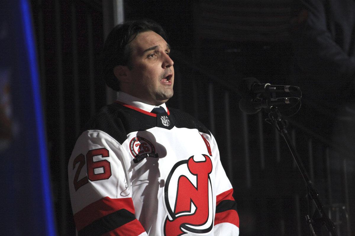 Adam Plachetka zpíval před vyprodanou arénou v New Jersey v dresu Patrika Eliáše.