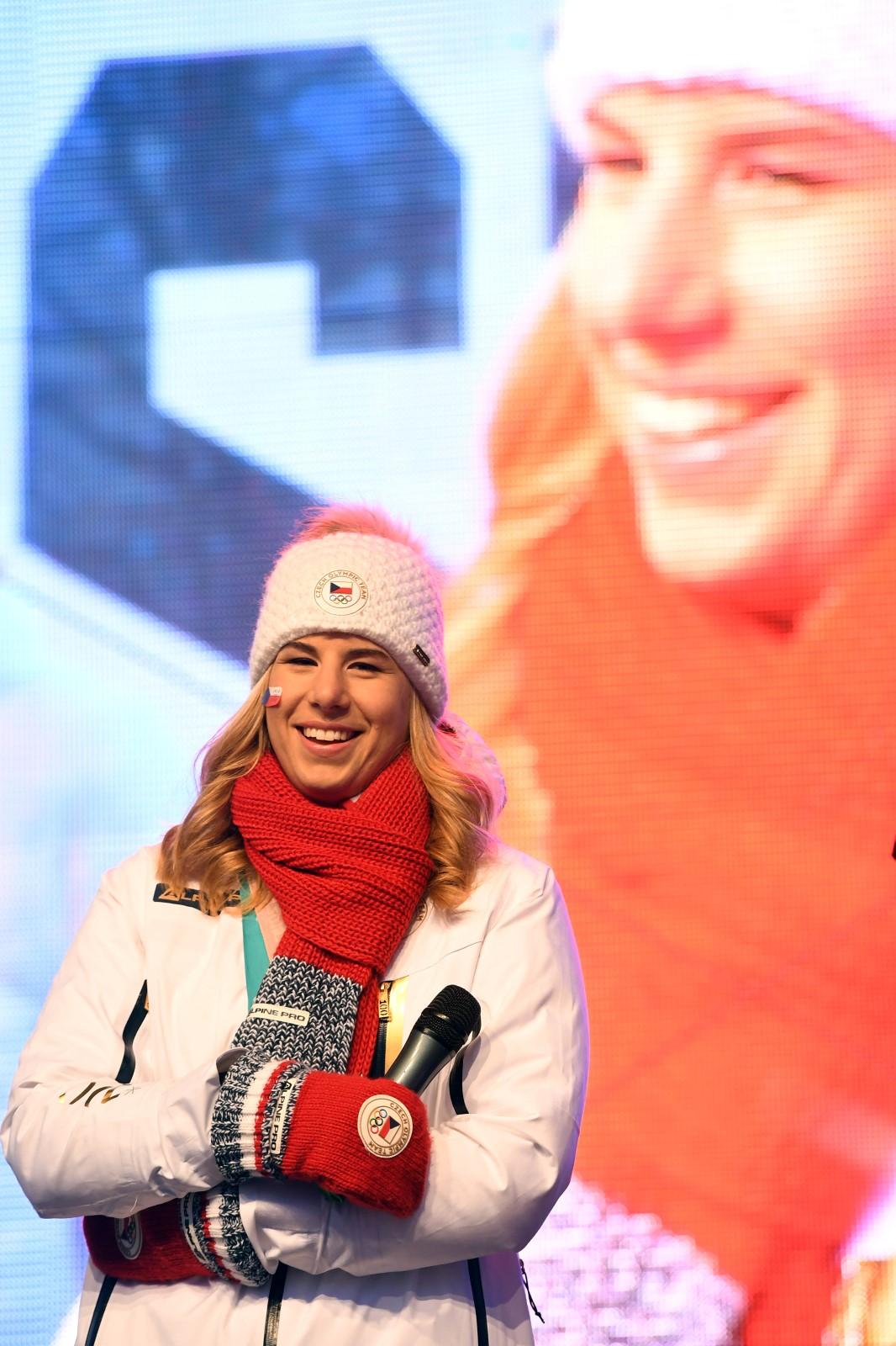 Zlaté děvče Ester Ledecká při přivítání fanoušků na Staroměstském náměstí