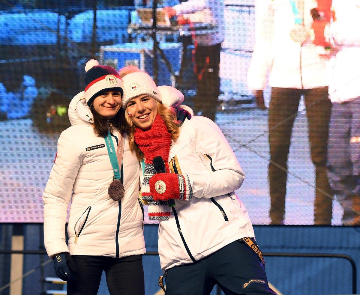 Dvojnásobná zlatá medailistka Ester Ledecká a stříbrná Martina Sáblíková při přivítání v Praze