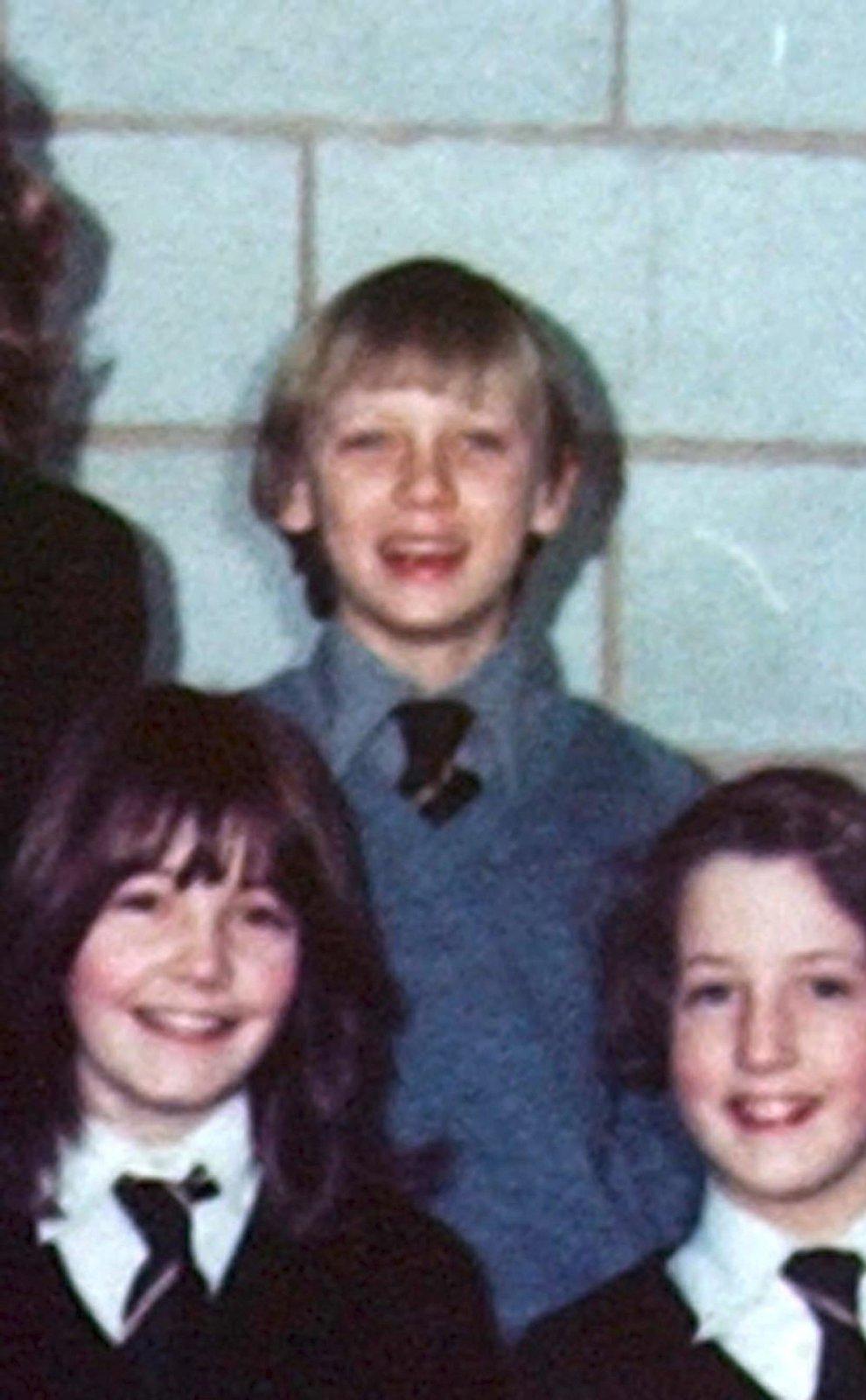 1979 Na téhle školní fotce mu bylo 11 let.