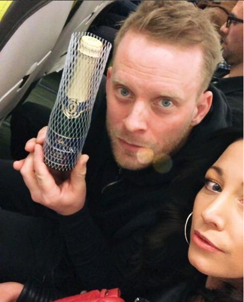 Jakub Prachař s Agátou Prachařovou v letadle.