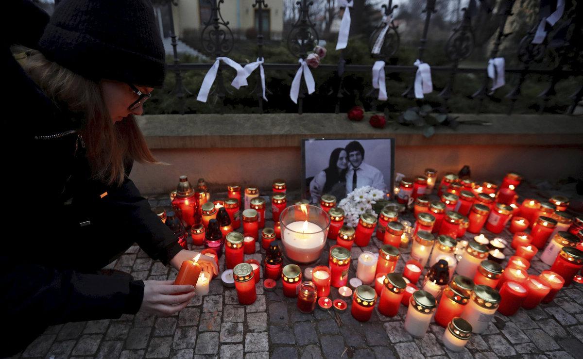 Svíčky před slovenskou ambasádou v Praze