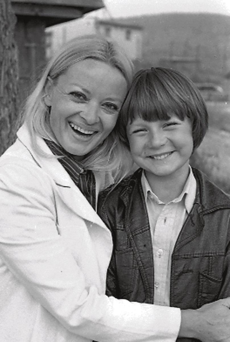Za trnkovým keřem (1980): Ve volné trilogii hraje Brejchová maminku malého Vaška (Tomáš Holý †21)), který odjíždí každé prázdniny za dědou na Šumavu a prožívá tam různá dobrodružství.