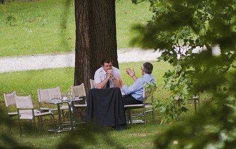 V srpnu 1992 nafotil Jef Kratochvíl ve vile  Tugendhat jednání Vladimír Mečiara a Václava Klause o rozdělení Československa