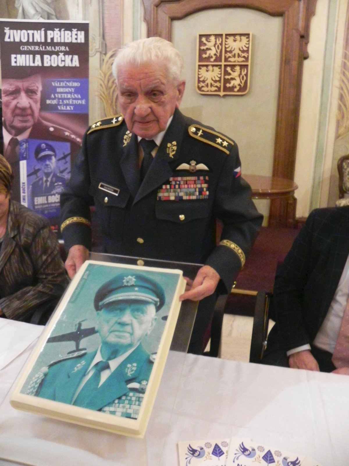 Křest životopisné knihy o válečném veteránovi Emilu Bočkovi. Došlo i na dort v podobě knihy.