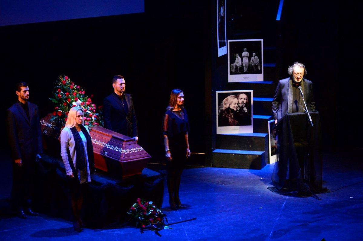 Poslední rozloučení s fotografem Josefem Jefem Kratochvilem (†74) bylo velmi dojemné a zaplnilo celé divadlo. Vzpomínali na něj herci a přátelé.