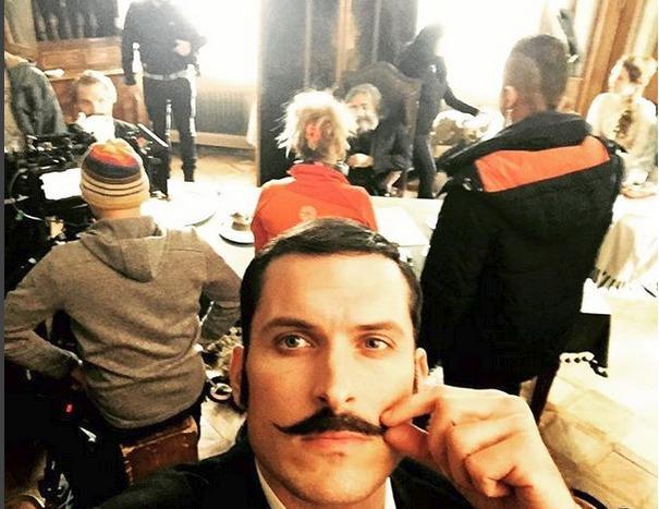 Koleník si neodpustil ani selfie, když se herci za ním připravovali na natáčení.