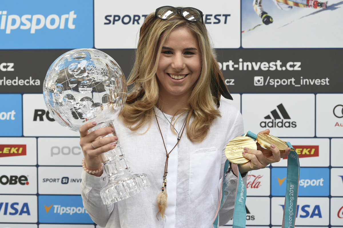 Adriana Krnáčová (vpravo) předala symbolické klíče od města dvojnásobné olympijské vítězce Ester Ledecké