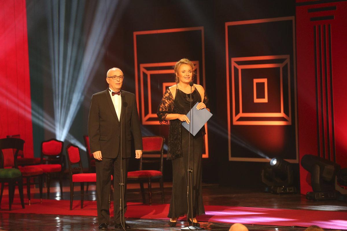 Bára Munzarová a ředitel Národního divadla Jan Burian předávali cenu pro herce do 33 let