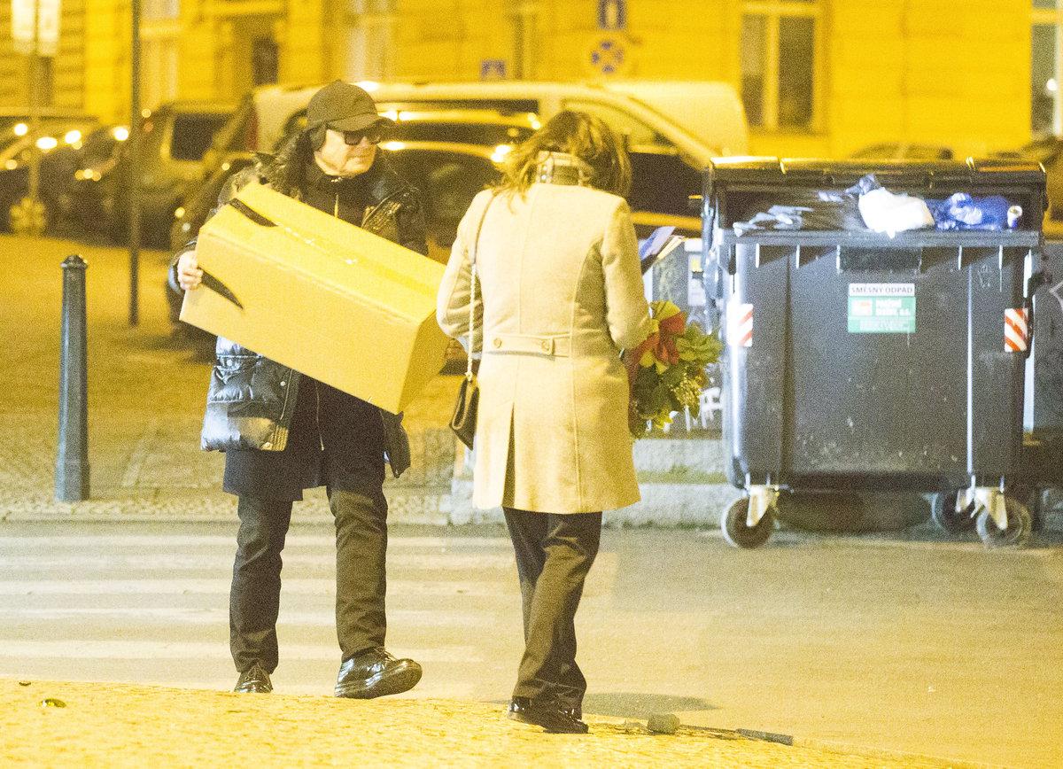 Jiří Korn nesl těžkou krabici