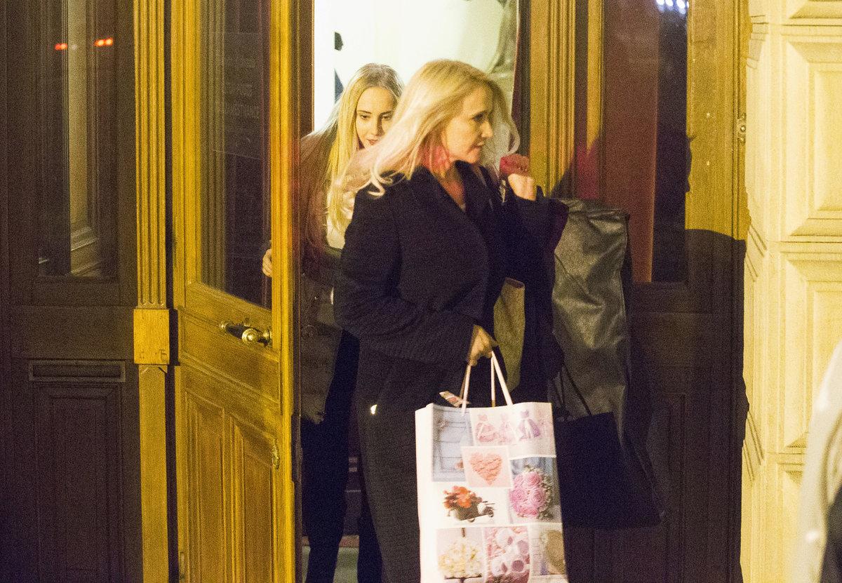 Šárka Grossová s dcerou Denisou odcházejí z Národního divadla