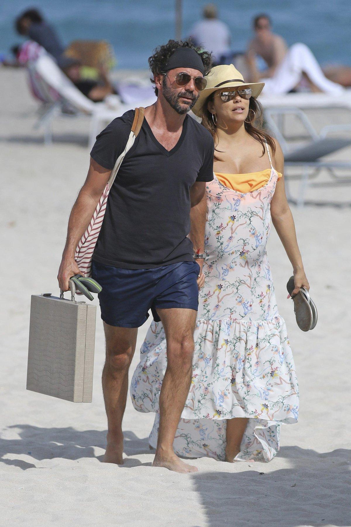 Na pláži se promenádovala s manželem.