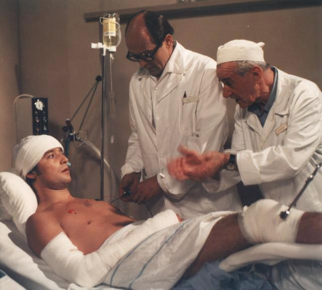Vycházející hokejová hvězda Přemysl Rezek (Viktor Preiss) v rukou zkušených zdravotníků.
