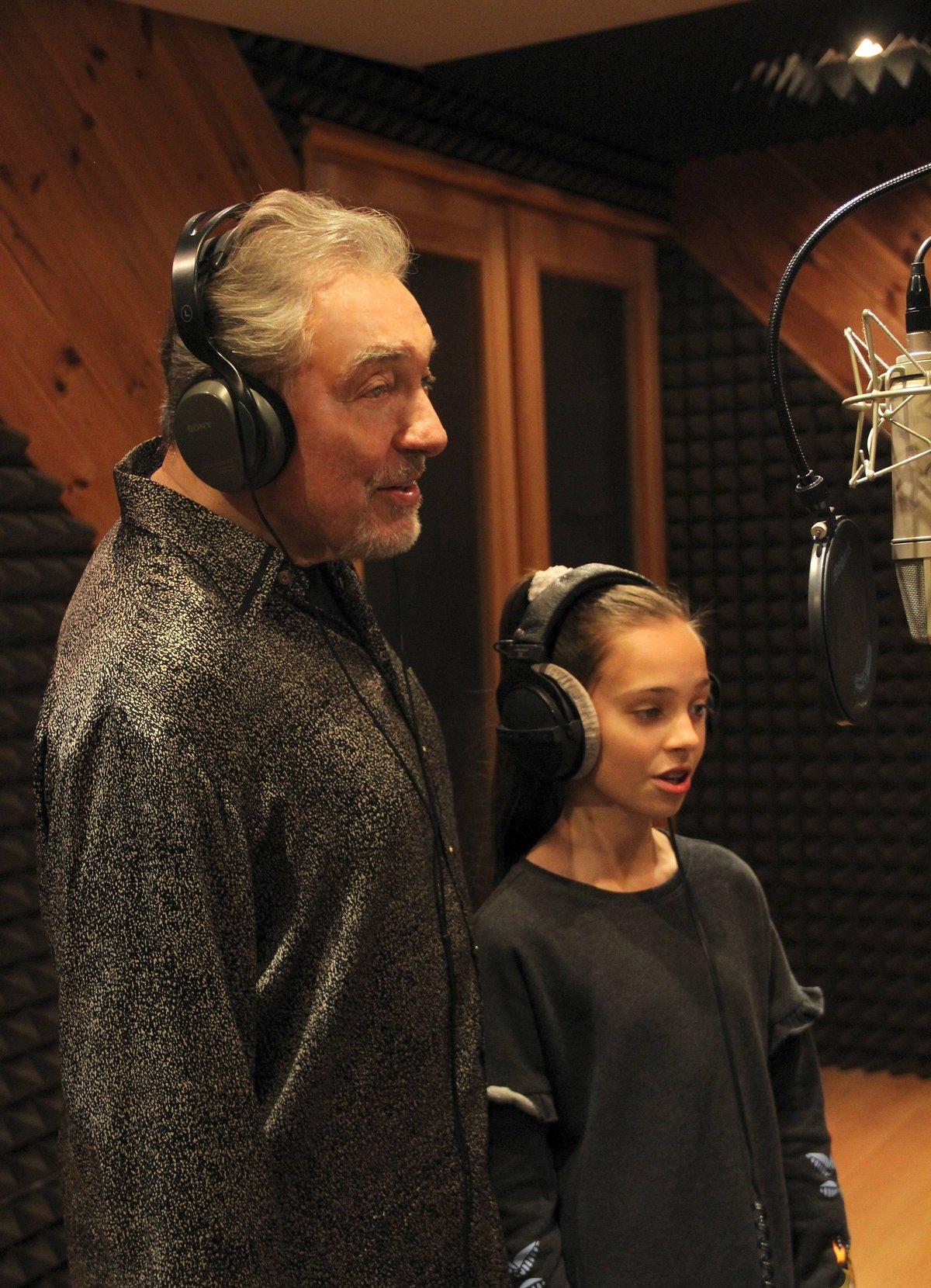 Karel Gott ve studiu s dcerou Charlotte Ellou.