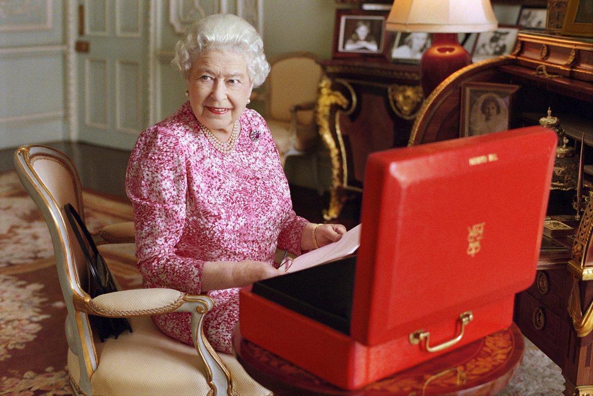 Královna s červeným kufříkem, který v sobě skrývá důležité vládní dokumenty.