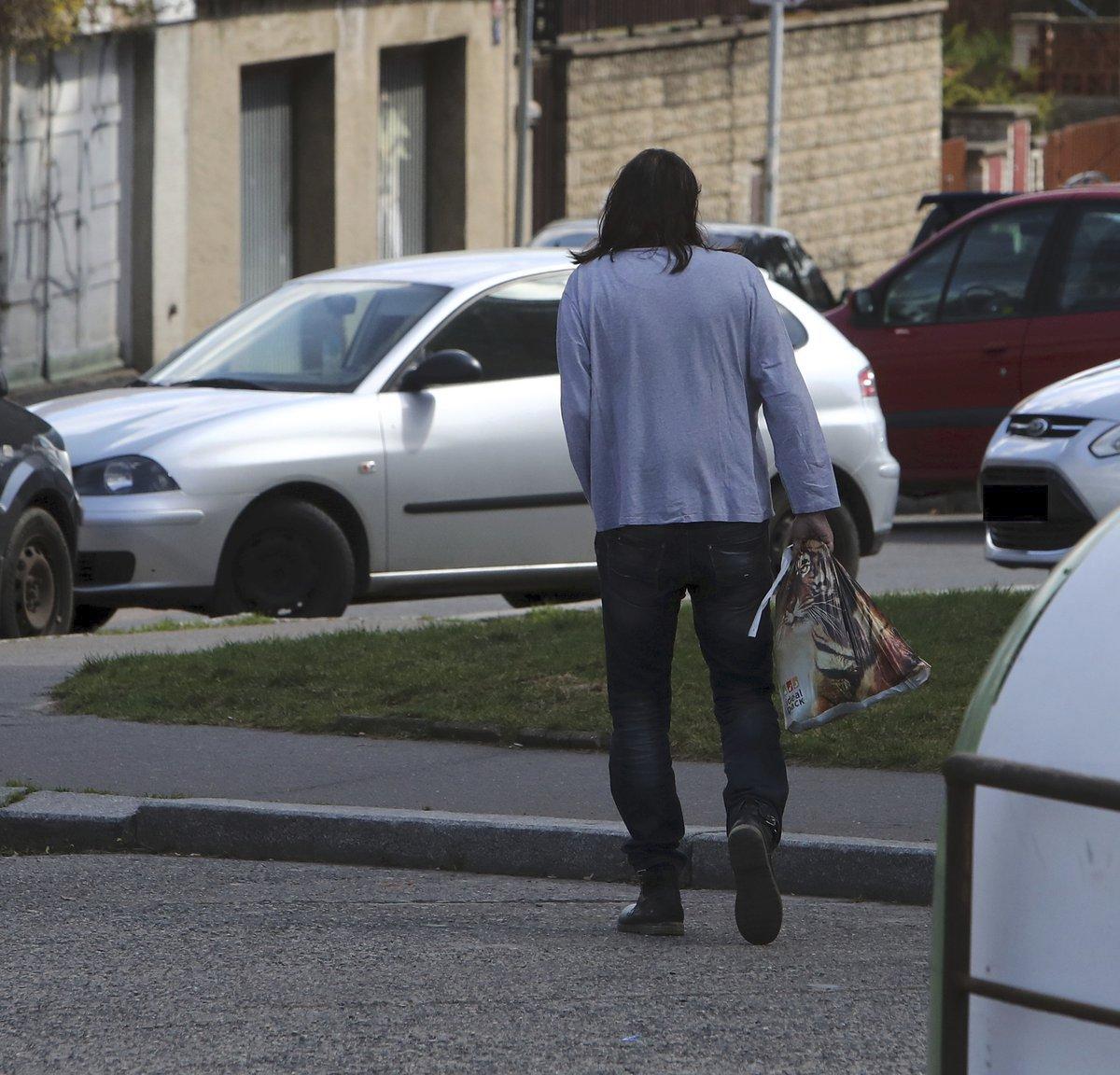 Jiří Pomeje bydlí dočasně u kamaráda. Často teď ale bloumá v ulicích s igelitkou v ruce.