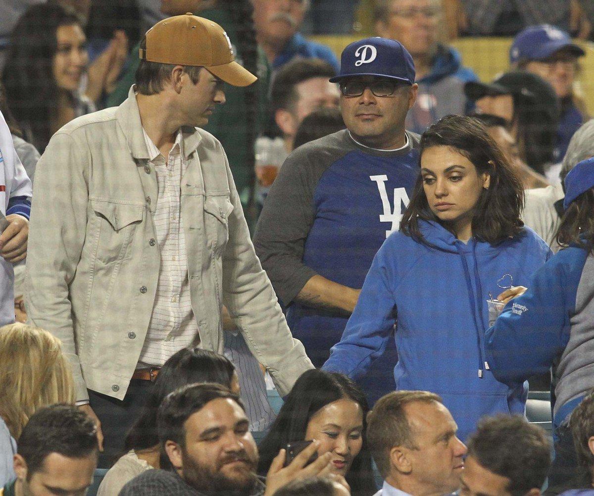 Manželé Ashton Kutcher a Mila Kunis na baseballu