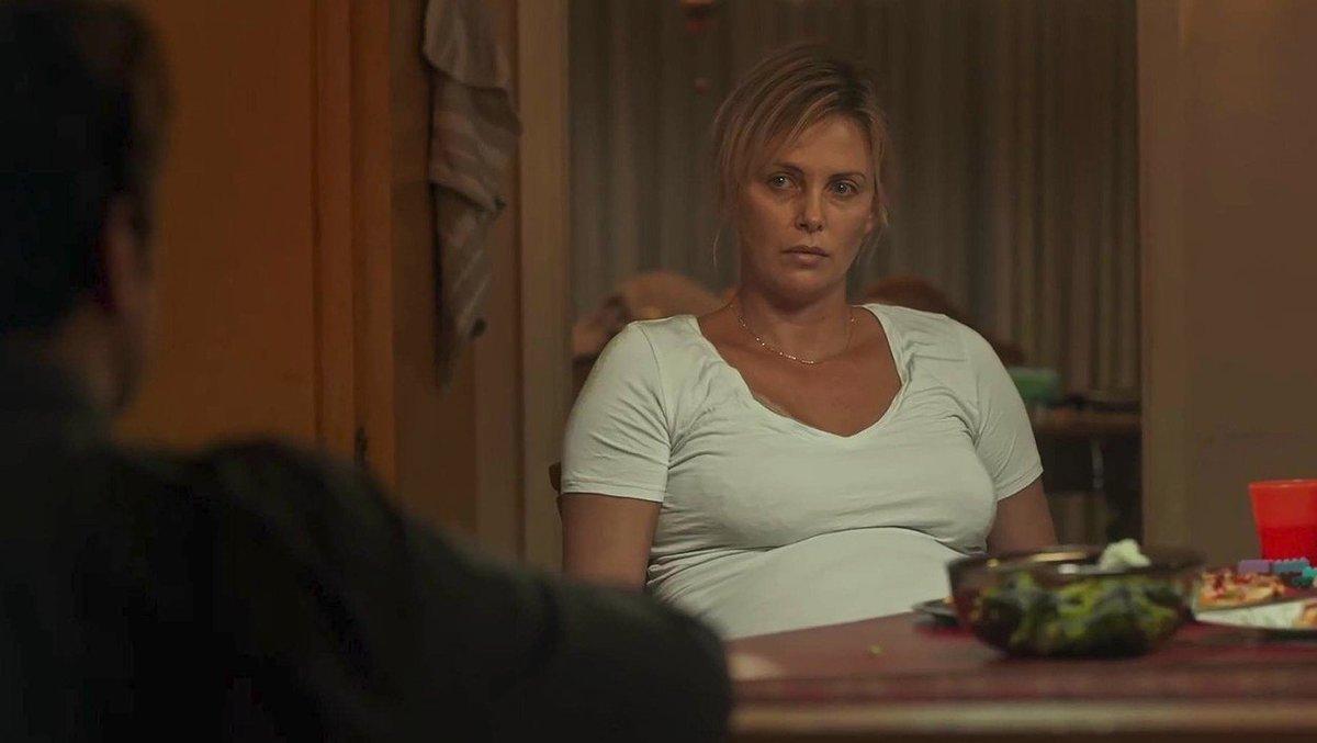 Charlize Theron jako strhaná matka ve filmu Tully.
