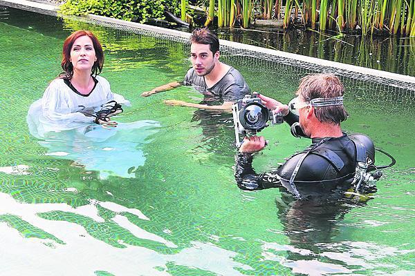 Ani neopren pod šaty Soňu Norisovou neuchránil od zimy. V bazénu musela sehrát podvodní scény, tvářit se, že je jí teplo a že se jí na dně líbí.