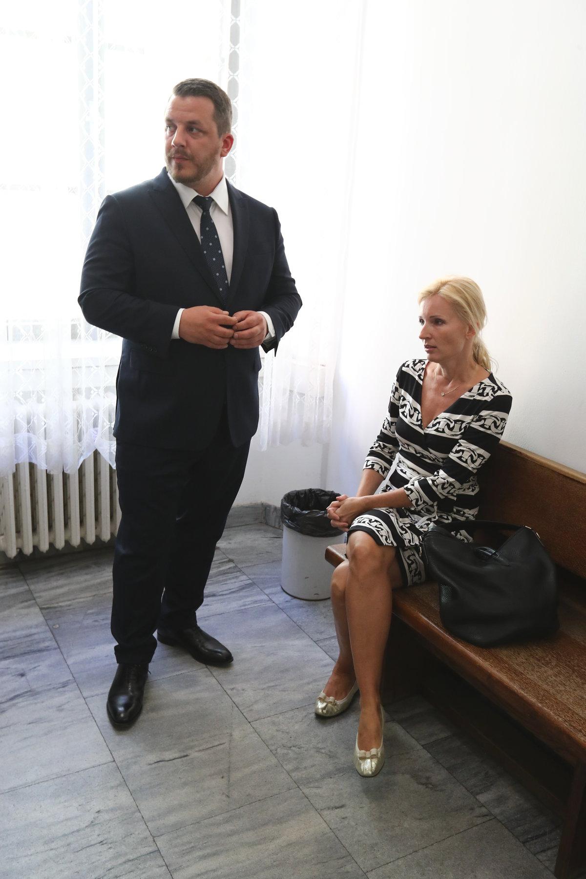 Petra Paroubková při čekání na soudní stání.