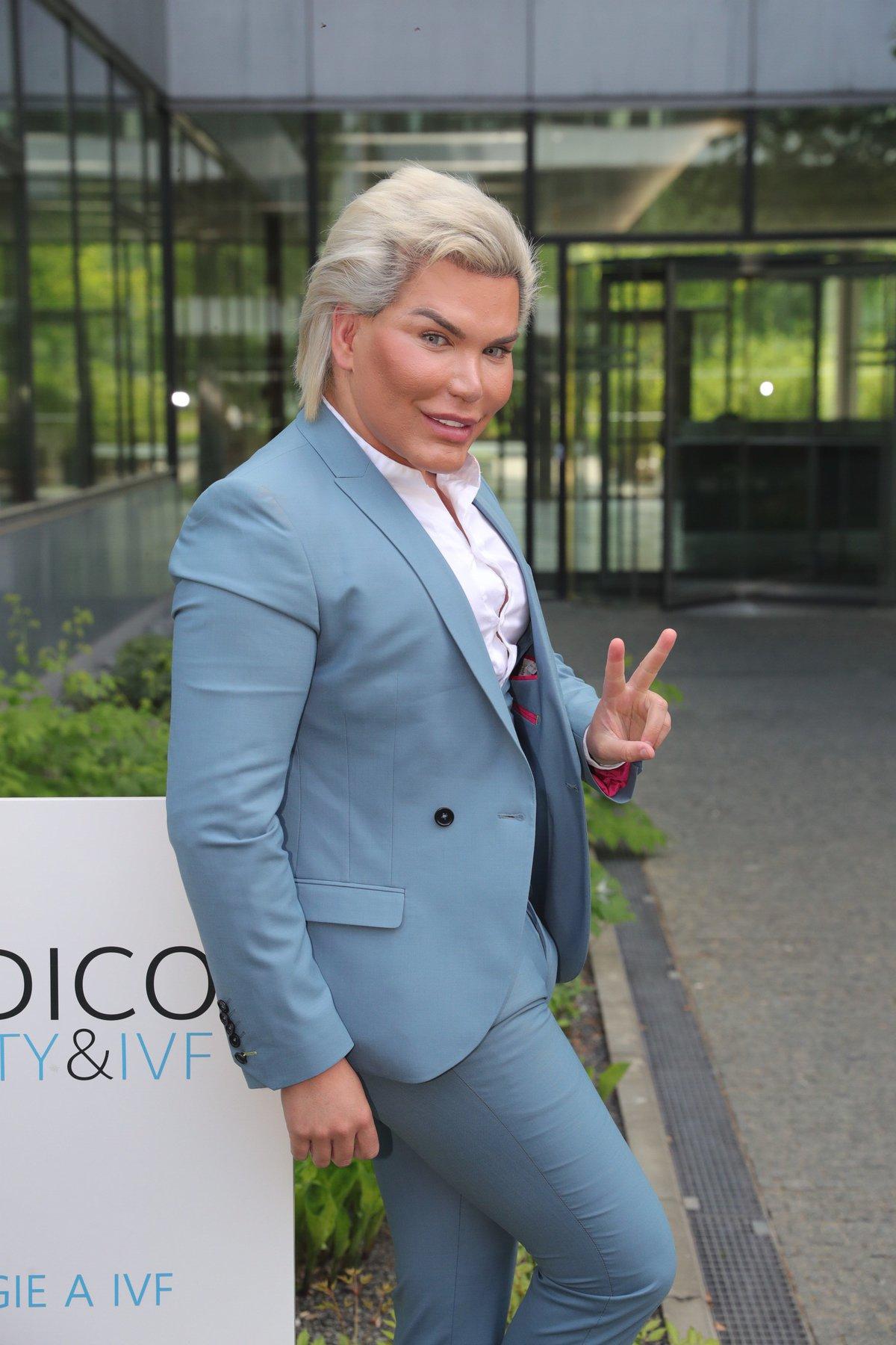 Rodrigo Alves přiletěl do Prahy kvůli vylepšení svého obličeje.