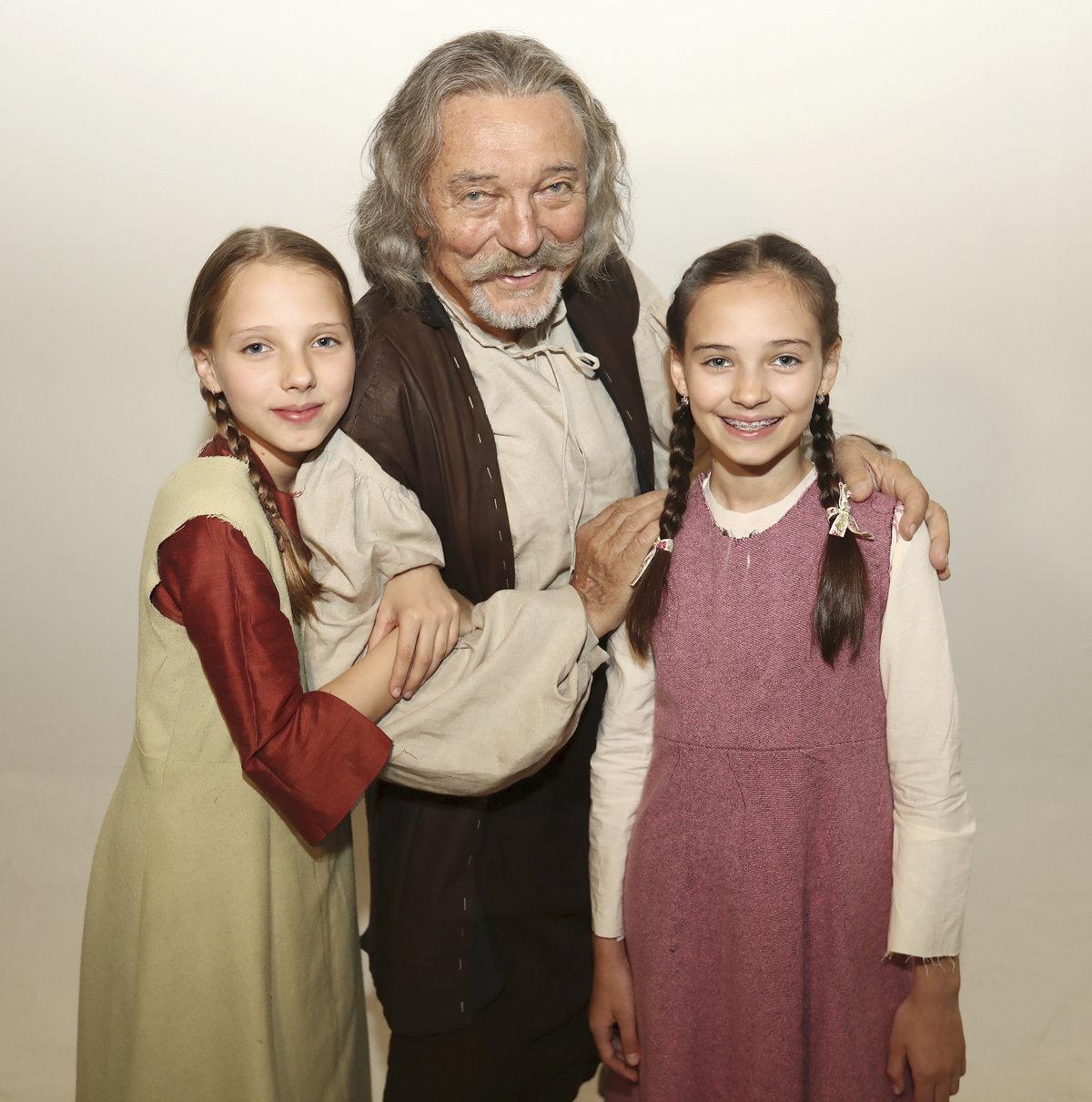 Karel Gott s dcerami při natáčení nové pohádky Když draka bolí hava.