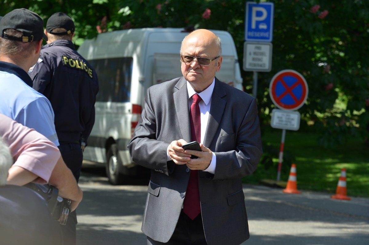 Bývalý vojenský pilot a jediný československý kosmonaut Vladimír Remek přichází k ruskému velvyslanectví v Praze