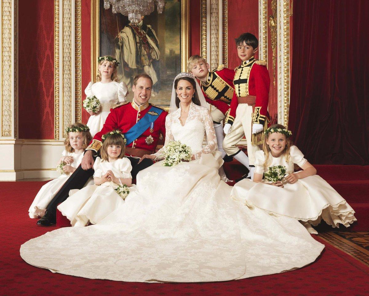 Oficiální portrét Williama a Kate s jejich družičkami a mládenci