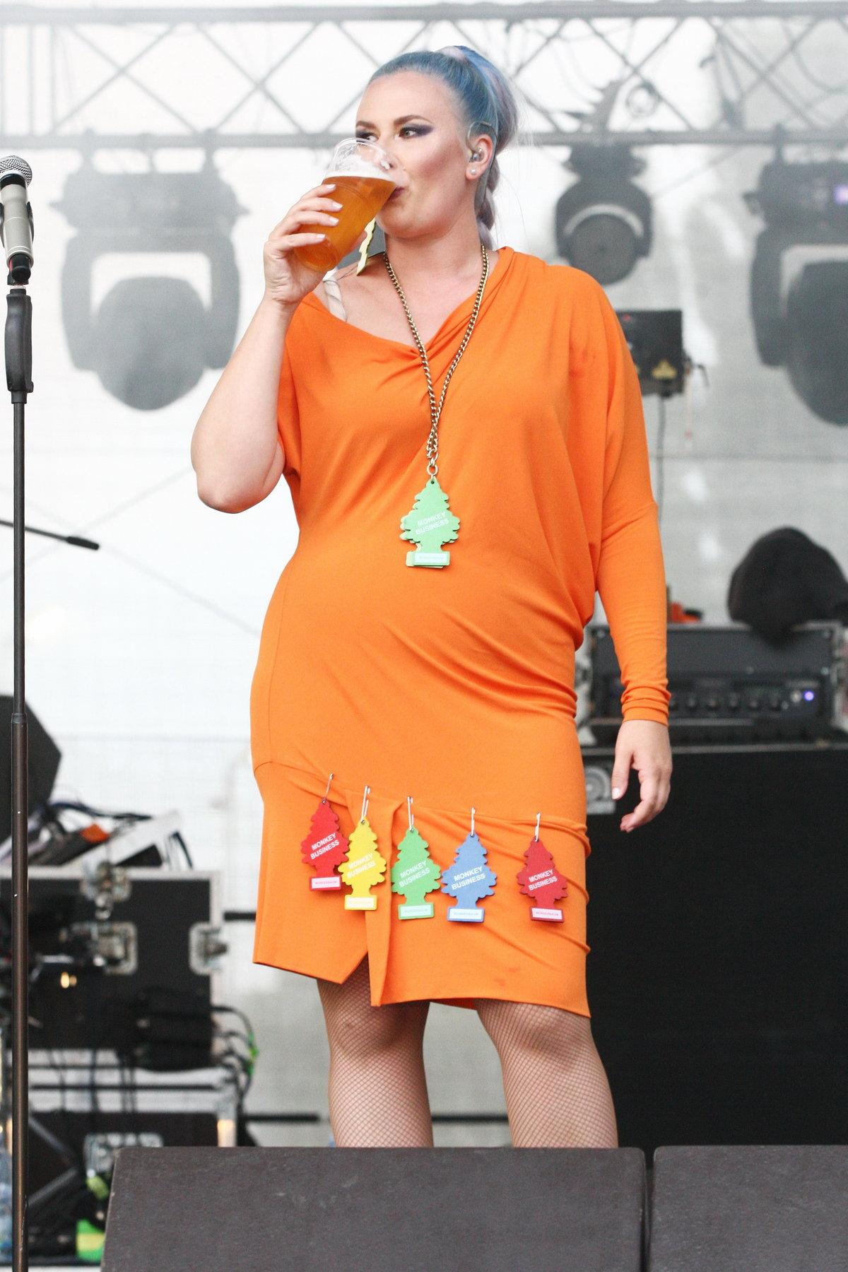 Po takovém výkonu se musela zchladit pivkem.