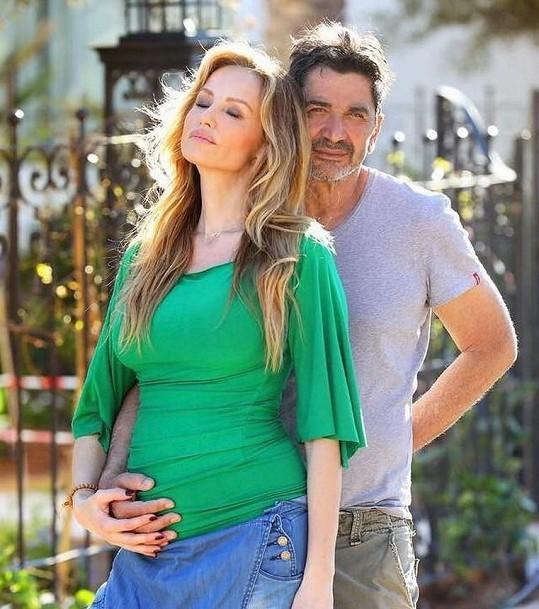 Těhotná Adriana Sklenaříková se svým manželem Aramem Ohaniem.
