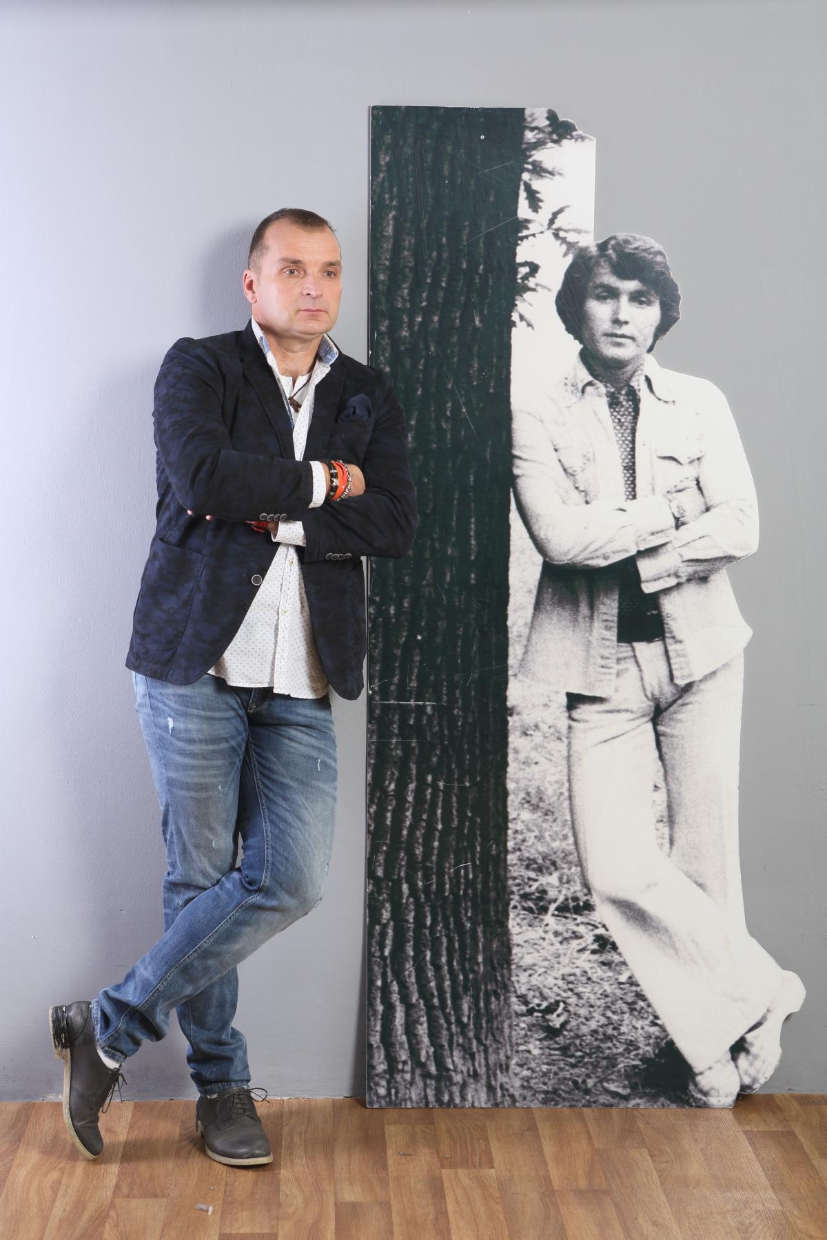 Pavel Novák ml. s fotografií otce, s jehož písničkami koncertuje po republice