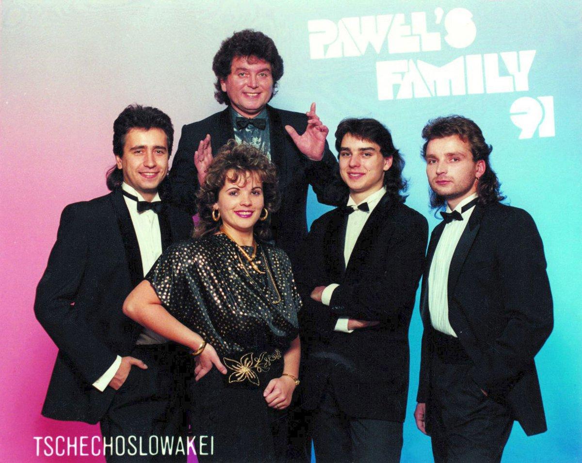 Krátce po revoluci Pavel Novák st. (nahoře uprostřed) založil skupinu Family.
