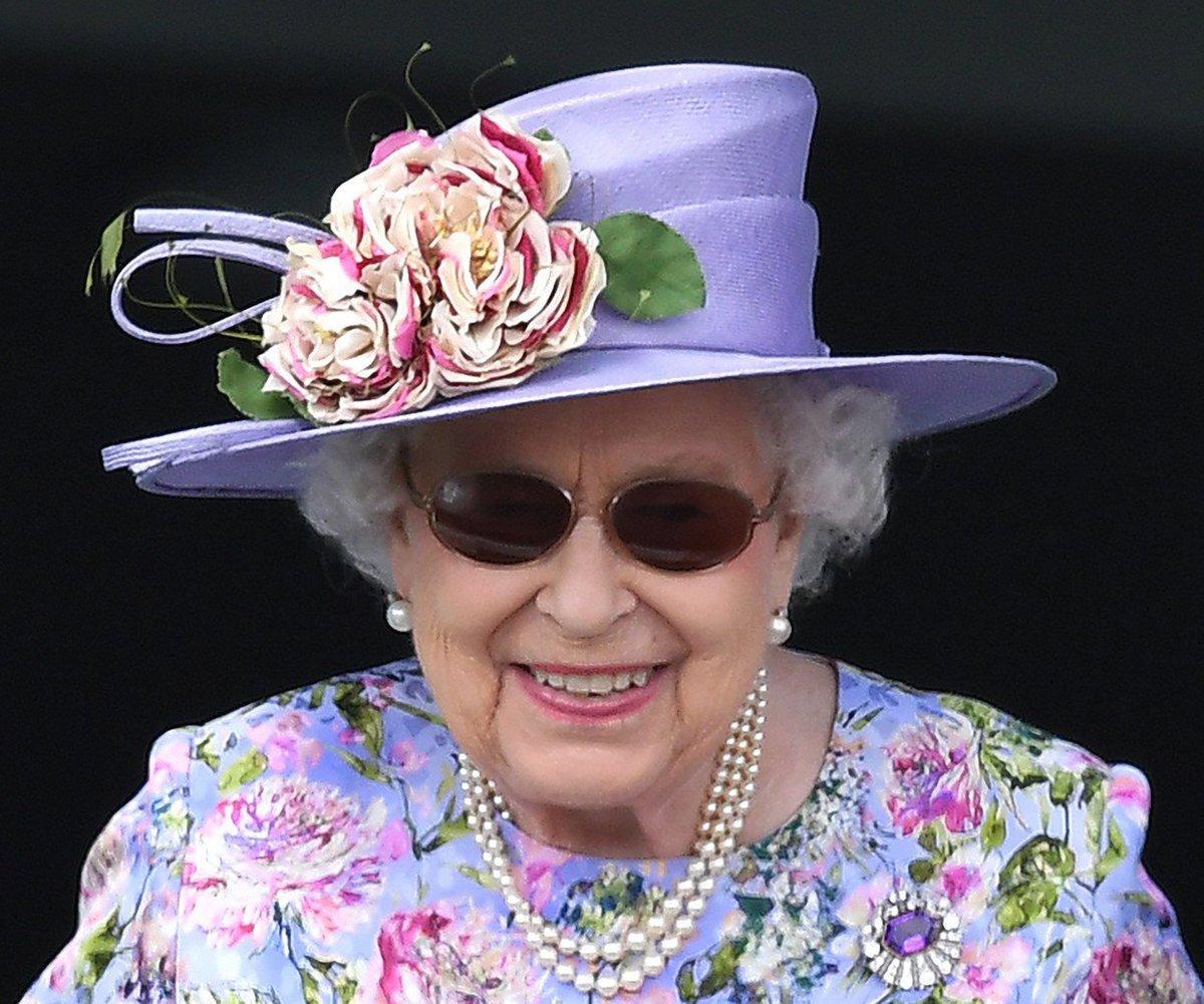 Královna Alžběta  na dostizích.
