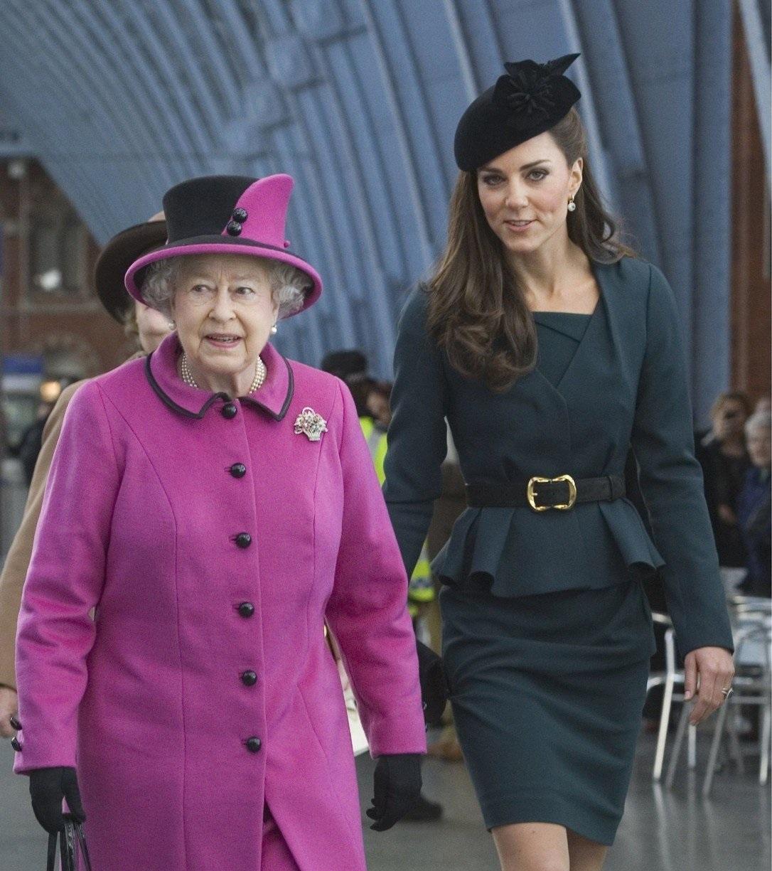 Královna Alžběta a vévodkyně Kate