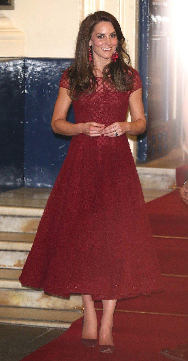 Vévodkyně Kate v šatech návrhářky Kate Spade