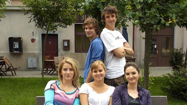 Petr Buchta (vlevo v horní řadě) hrál Vojtu v seriálu Ulice
