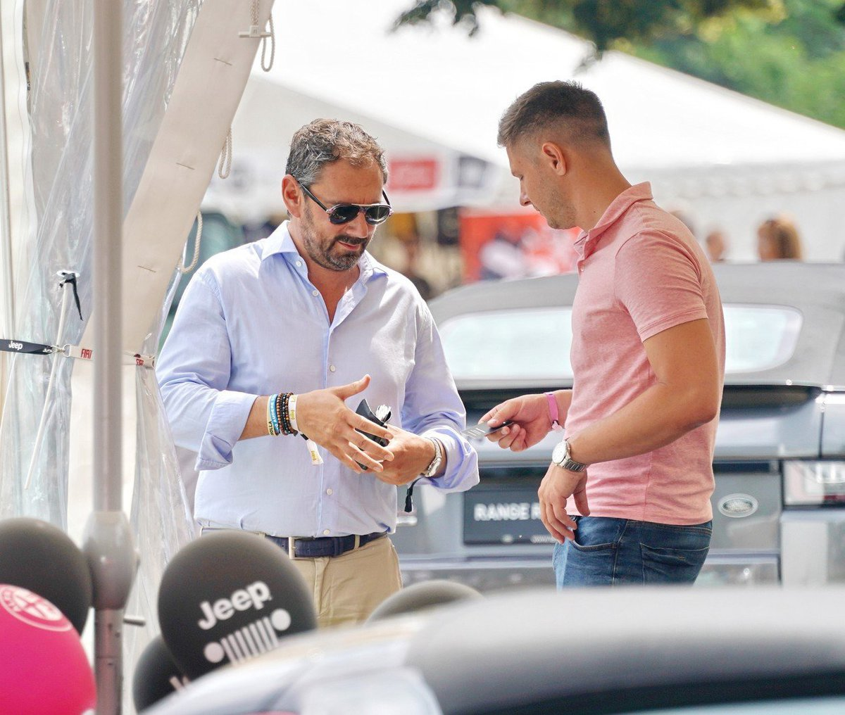 Emanuele Ridi se domlouval s prodejcem