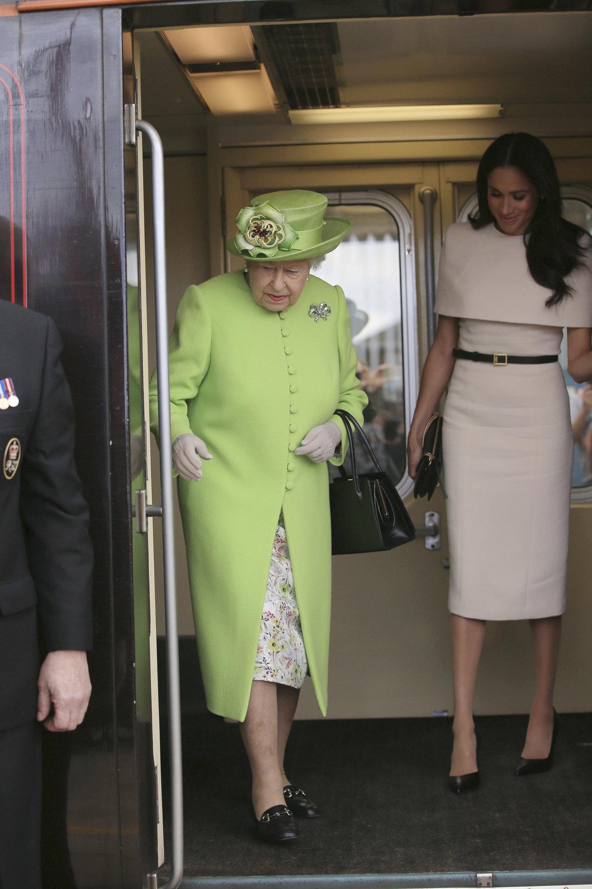 Královna Alžběta s vévodkyní ze Sussexu Meghan