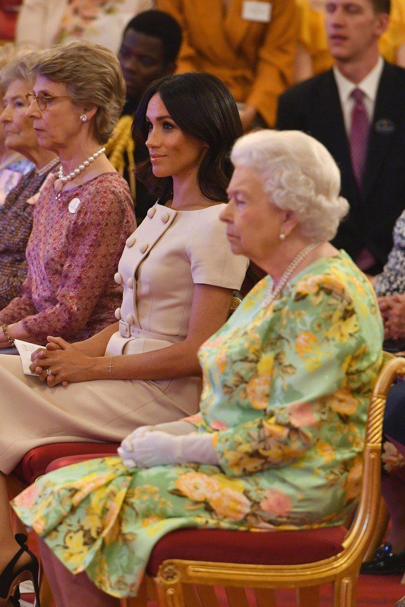 Královna Alžběta a Meghan Markle.