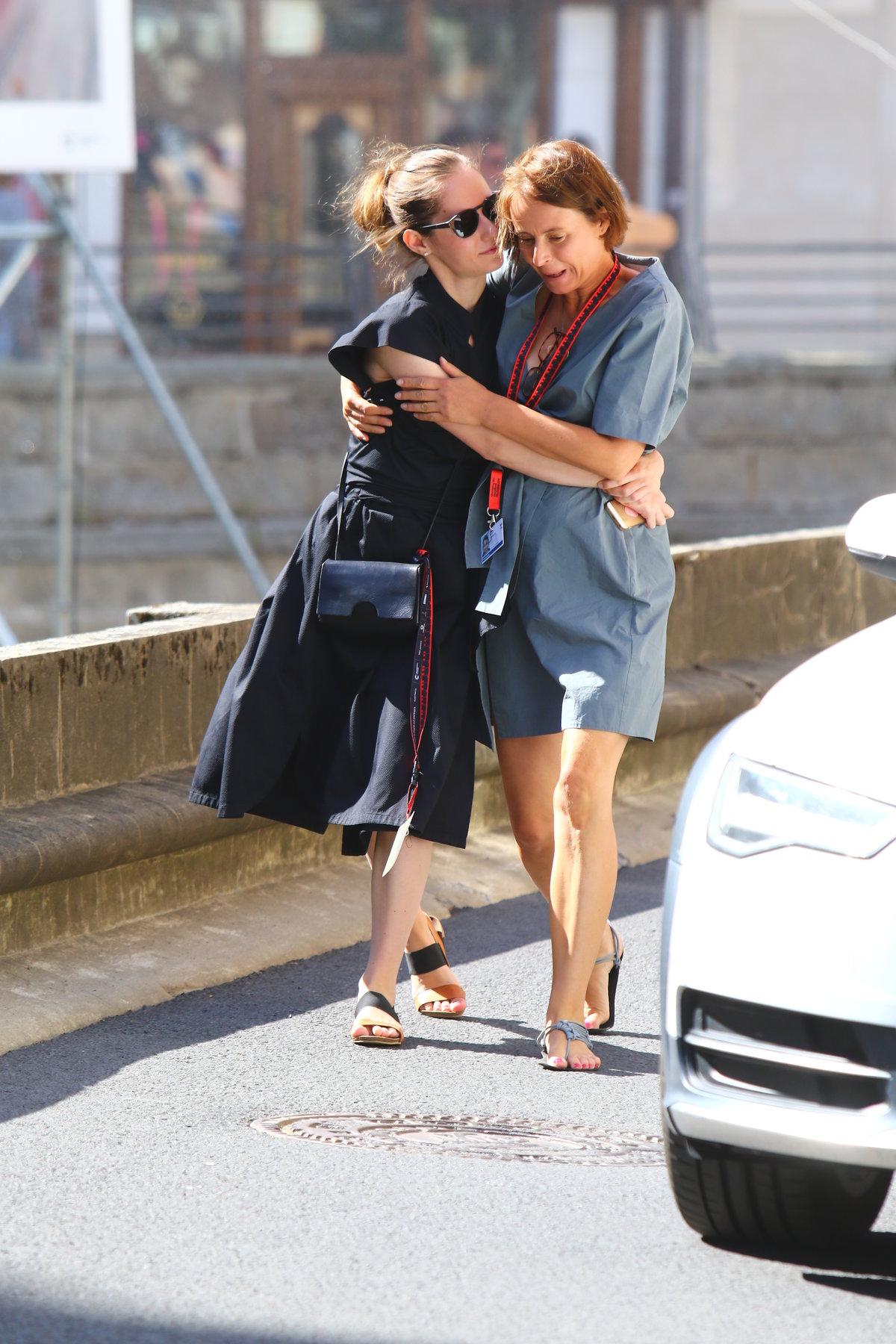 Eliška Křenková a Lenka Vlasáková se vedly za ruce a objímaly se