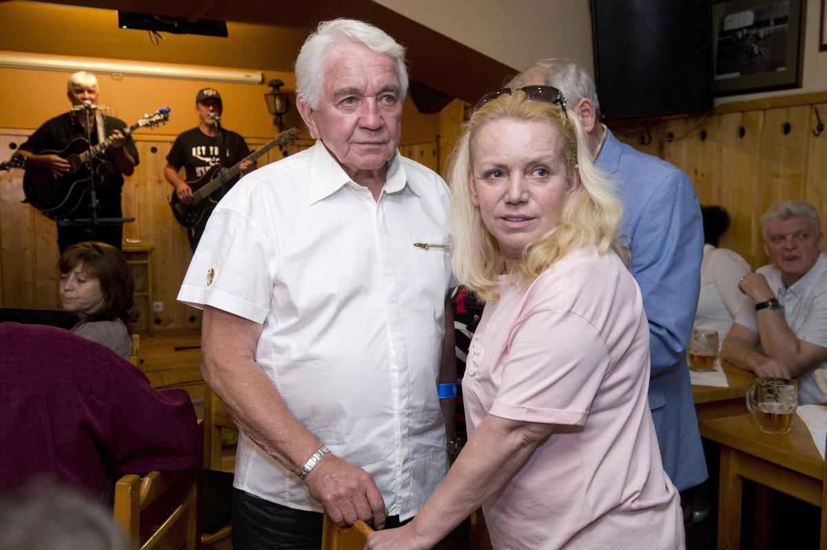 Oslavenec Jiří Krampol s manželkou Hankou.